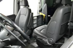 Vehículo para discapacitados con acceso lateral.