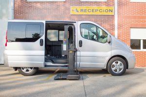 Plataforma lateral para acceso al vehículo con silla de ruedas para conducción